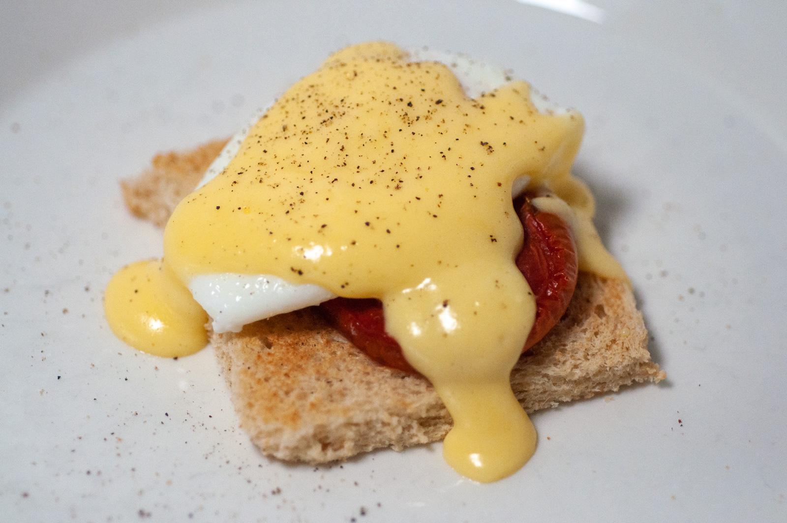 """Eggs Benedict"" tomaatilla"