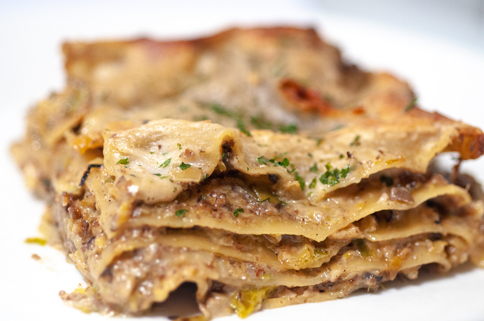 Vegaaninen lasagne ruusukaalilla ja sienillä