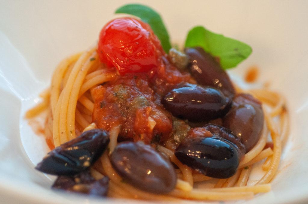 Vegaaninen spaghetti alla puttanesca