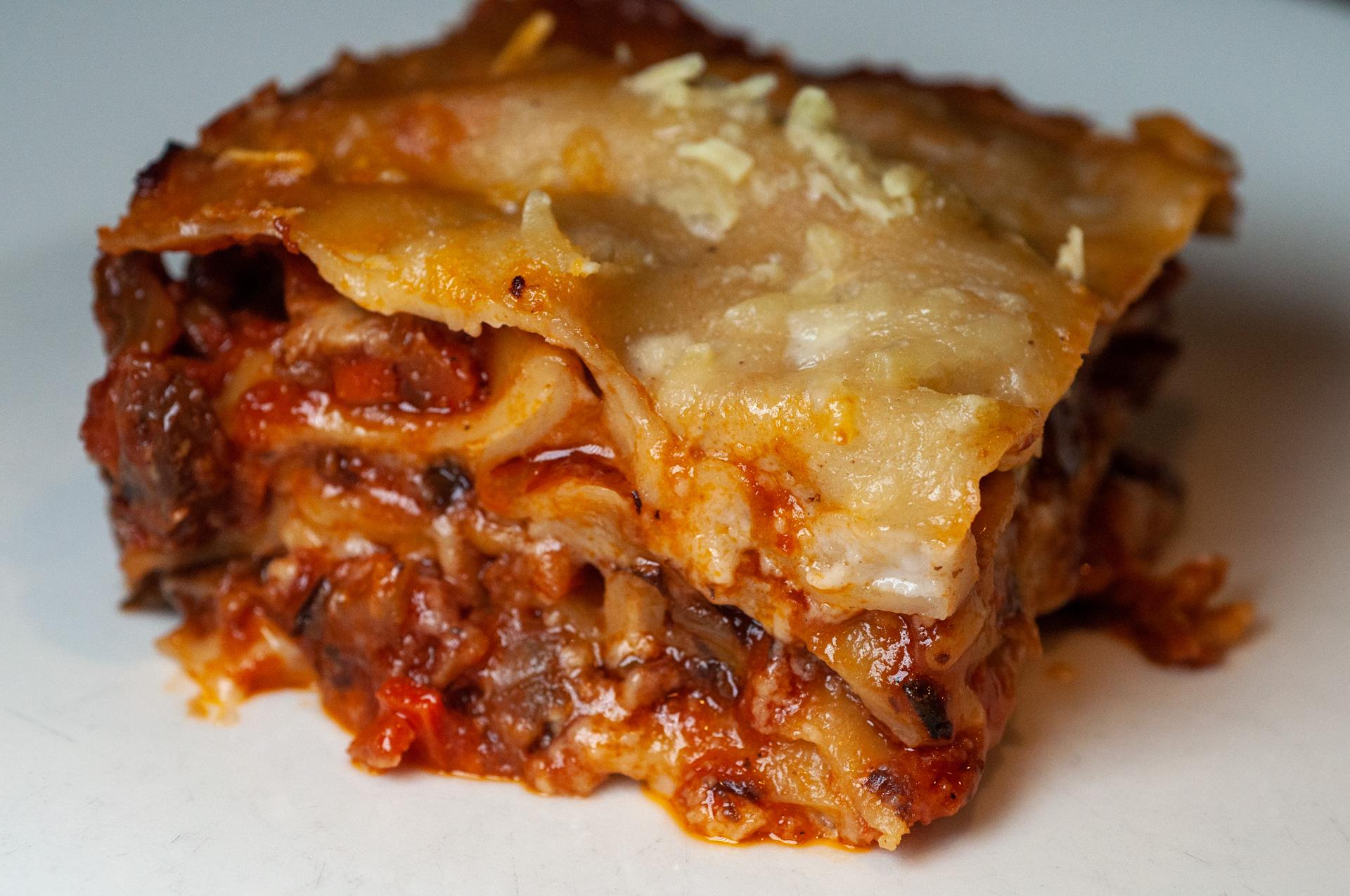 "Vegaaninen ""lasagne alla Bolognese"""